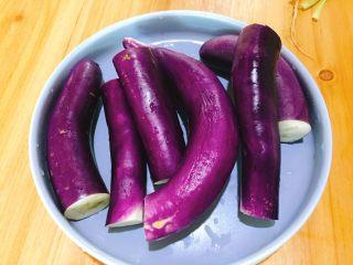 家常菜+凉拌手撕茄子,茄子洗净去头尾,切段