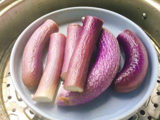 家常菜+凉拌手撕茄子,上锅蒸熟,大火蒸了10分钟左右。