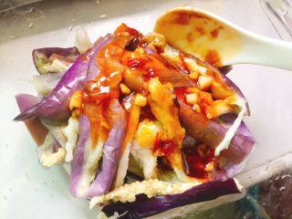 家常菜+凉拌手撕茄子,倒入调汁,拌均匀后撒点葱花即可装盘上桌。