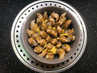 快手正餐 插酒蛏,放入蒸锅,蒸锅水开蒸12分钟