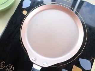 那一抹毛巾卷的绿,学厨6寸平底锅放入低于800W的电磁炉上加热