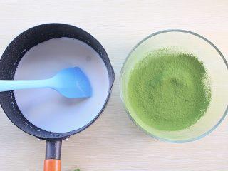 那一抹毛巾卷的绿,纯牛奶倒入抹茶粉盆中搅拌均匀