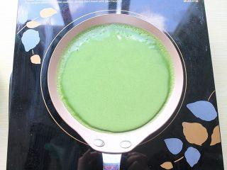 那一抹毛巾卷的绿,倒入一小勺面糊,晃动平底锅均匀铺满,煎好后依次摊凉即可