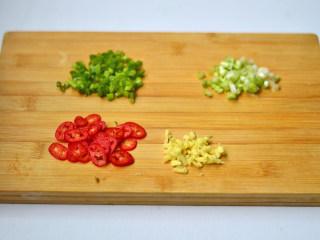 小炒藕片,葱白葱绿分别切碎,姜、辣椒切丁