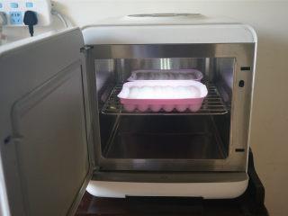 瑶柱火腿肠,放入蒸锅,冷水上锅,蒸20分钟。