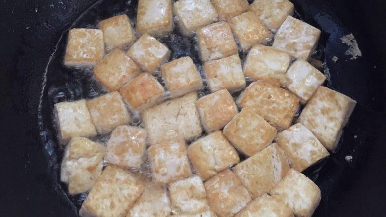 茄汁豆腐,油煎豆腐至两面金黄