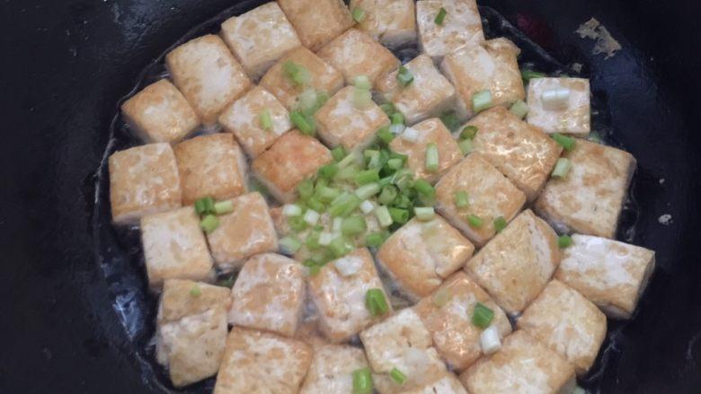 茄汁豆腐,加入葱白花煸香