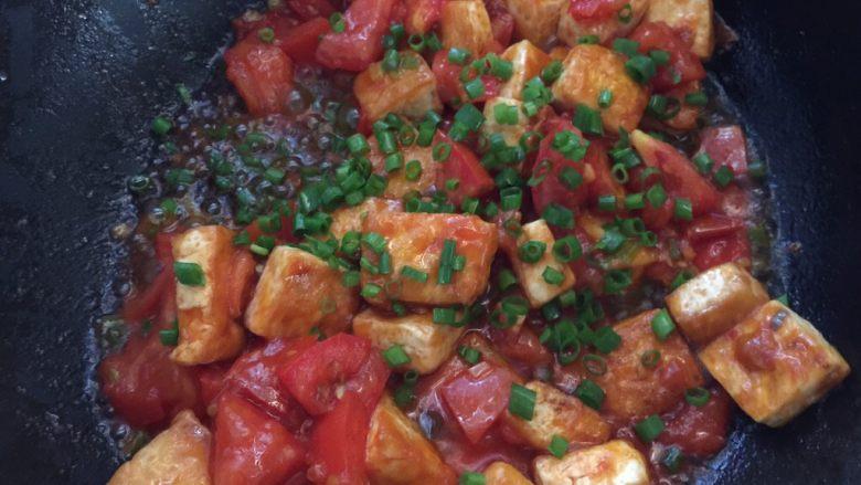 茄汁豆腐,最后撒上葱花即可起锅