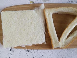 快手早餐 香蕉吐司卷,切去吐司片四周的硬边,也可以不切哦,切掉好看些,想省事可以不切哈。