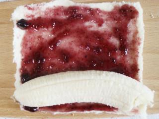 快手早餐 香蕉吐司卷,放上面去皮的香蕉,把吐司片卷起捏紧,切断装盘即可。