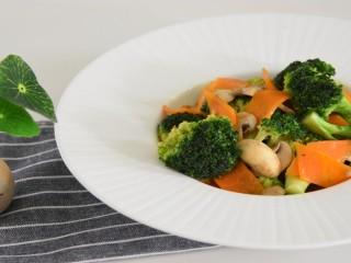 色彩缤纷的西兰花胡萝卜炒蘑菇,颜色丰富,营养也丰富
