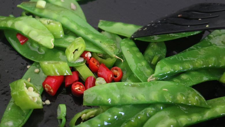辣味荷兰豆,将食材继续翻炒至所有材料入味即可。