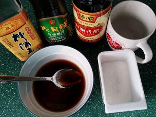 青蒜爆糖醋虾,按:1份料酒、2份酱油、3份白糖、4份香醋、5份清水勾兑好糖醋汁备用