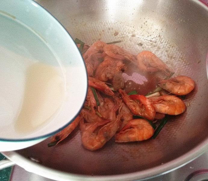 青蒜爆糖醋虾,再勾点簿芡,可让虾身饱满,醇厚味道浓