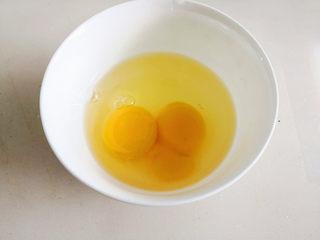 丝瓜蛋花汤,1个鸡蛋打到碗里,什么也不用加把它找散,