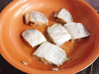 快手正餐  香煎带鱼,油热后把带鱼摆好在锅中,用中火定型,