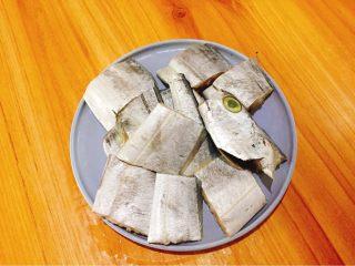 快手正餐  香煎带鱼,带鱼洗干净去除内脏,剪成小段,放进容器里