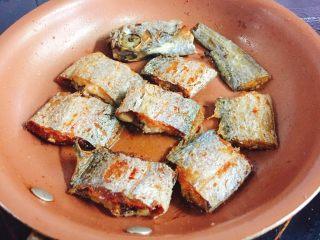 快手正餐  香煎带鱼,然后转小火煎制金黄色即可翻面,煎制另一面金黄就可以
