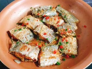 快手正餐  香煎带鱼,撒上葱花及红椒丁即可装盘