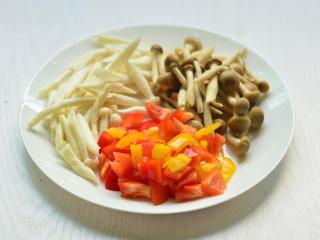 彩椒炒双菇,海鲜菇和蟹味菇切自己喜欢的大小,红、黄甜椒切丝