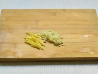 彩椒炒双菇,姜切丝,蒜切碎沫