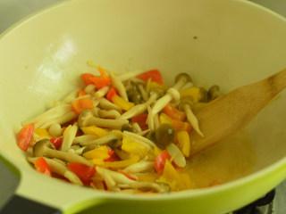 彩椒炒双菇,调入少量盐,加快菌菇出水,然后一边大火翻炒一边收汁