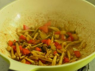 彩椒炒双菇,收汁收干的时候调入生抽和胡椒粉,拌炒出香味