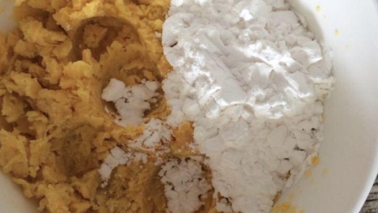 芋圆,将250g木薯粉慢慢地一点点加入到红薯泥中,使劲揉。