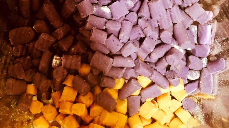 芋圆,沾一些面粉,防止粘连。