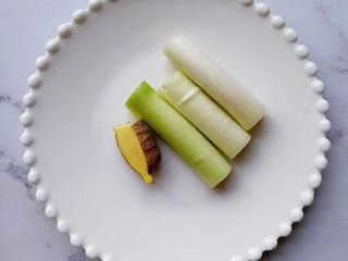 肉龙,大葱和生姜洗干净