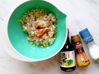 肉龙,倒入适量的酱油、盐和芝麻油(根据个人口味来加)
