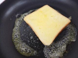 西多士,然后把吐司放进去煎。