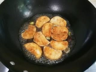 快手小食   生抽八角素鸡,放入素鸡,放入适量生抽和适量热水烧至汤汁快收干