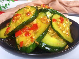腌黄瓜,拌匀入味即可食用,口感清脆爽口咸鲜香辣。