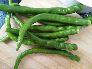 回锅肉,青椒准备好,这是自己家里种的线椒特别辣