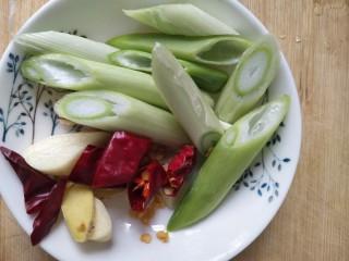 回锅肉,葱切段,姜,蒜,干辣椒切碎备用