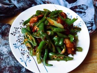 回锅肉,翻炒两分钟,回锅肉就出锅了,猪肉肥而不腻,青椒辣的流口水啊,超级下饭