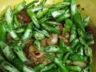 回锅肉,放入青椒个葱段,加1勺生抽,1勺白糖,因为豆瓣酱比较咸所以没再放盐