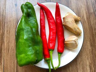 辣炒咸鱼,青辣椒1个,红辣椒3个,生姜10g,蒜2瓣