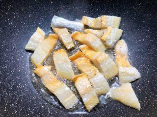 辣炒咸鱼,把咸鱼放入煎至金黄