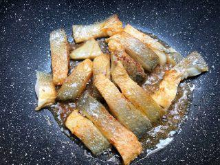 辣炒咸鱼,煎好一面翻另一面继续煎至金黄