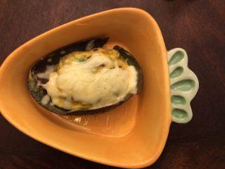 牛油果焗蛋,烤箱烤八分钟后撒上芝士再烤五分钟就可出炉了。