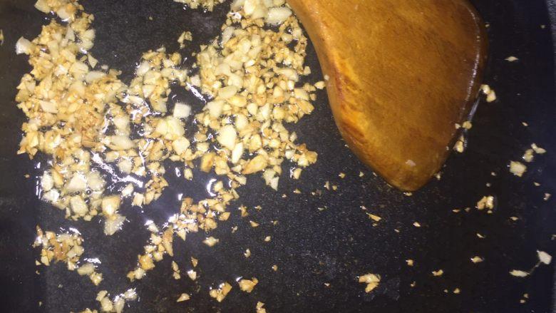 蒜蓉油麦菜,锅里倒入少许油,蒜末翻炒成金黄