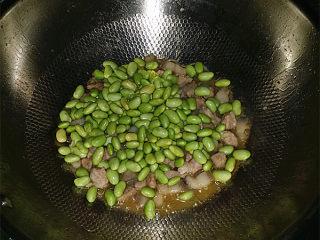 杭椒毛豆米小炒肉,倒入洗净的毛豆米