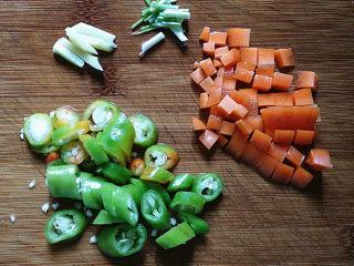 杭椒毛豆米小炒肉,将备好的葱姜、杭椒和胡萝卜洗净,切好备用