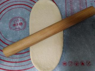 蓝莓酱玫瑰花面包#一次揉面&一次发酵#,取一份圆球用擀面杖,擀成长舌状