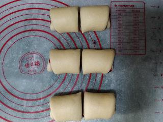 蓝莓酱玫瑰花面包#一次揉面&一次发酵#,3个面团一起卷好后,用刮板从每卷的中间切开,如图