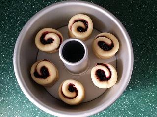 蓝莓酱玫瑰花面包#一次揉面&一次发酵#,切面朝下放入8寸中空蛋糕模具中