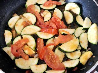 快手正餐 番茄炒西葫芦,然后下西葫芦翻炒。