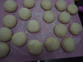 豆沙环形面包,将包好豆沙的面团盖上保鲜膜静置15分钟